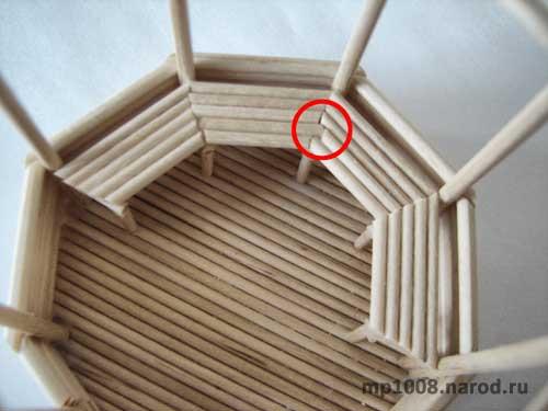 Отмеряем и приклеиваем палочки для сидения скамьи.